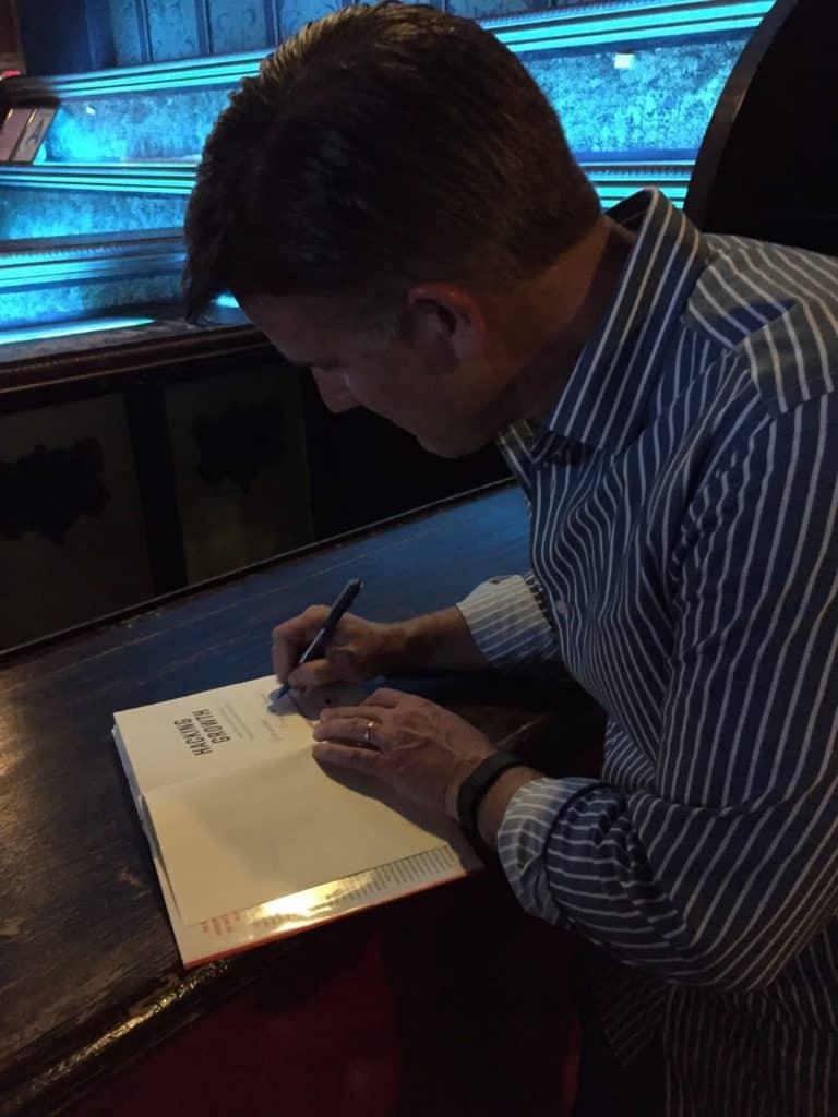 Sean Ellis dedikálja könyvét Papp Gábornak